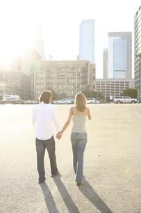 手をつないで街中を歩く男性と女性の写真素材 [FYI04070346]