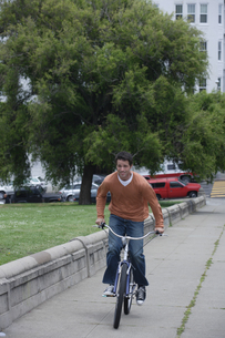 自転車で道路を走る男性の写真素材 [FYI04070347]