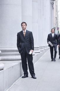 オフィス街のビジネスマンの写真素材 [FYI04070361]