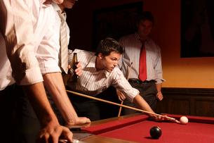 バーでビリヤードをする男性たちの写真素材 [FYI04070366]