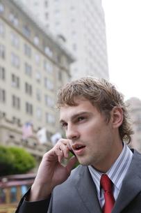 携帯電話で話すビジネスマンの写真素材 [FYI04070368]