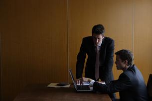 オフィスで部下に指示をするビジネスマンの写真素材 [FYI04070372]