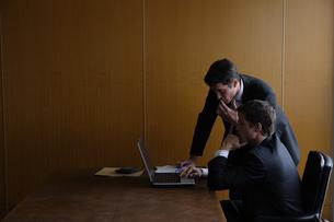 オフィスで部下に指示をするビジネスマンの写真素材 [FYI04070373]