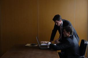 オフィスで部下に指示をするビジネスマンの写真素材 [FYI04070374]
