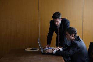 オフィスで部下に指示をするビジネスマンの写真素材 [FYI04070375]