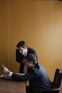オフィスで部下に指示をするビジネスマンの写真素材 [FYI04070376]