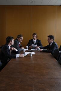オフィスで会議をするビジネスマンの写真素材 [FYI04070377]
