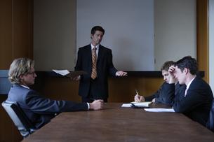 オフィスで会議をするビジネスマンの写真素材 [FYI04070381]