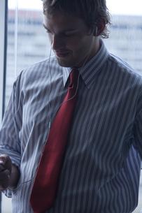 音楽を聴くビジネスマンの写真素材 [FYI04070387]