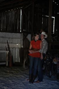 馬小屋で寄り添うカップルの写真素材 [FYI04070424]