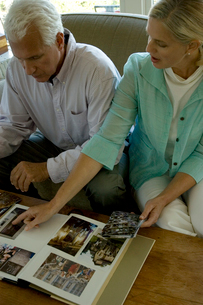 アルバムを整理する夫婦の写真素材 [FYI04070449]