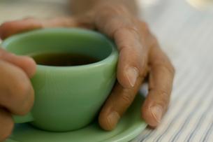 コーヒーを飲む女性の手の写真素材 [FYI04070460]