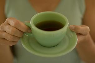 コーヒーを飲む女性の手の写真素材 [FYI04070462]