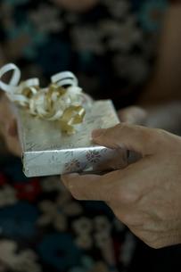 プレゼントを渡す男性の手の写真素材 [FYI04070480]