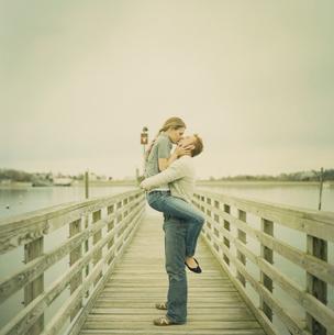 橋の上でキスをするカップルの写真素材 [FYI04070597]