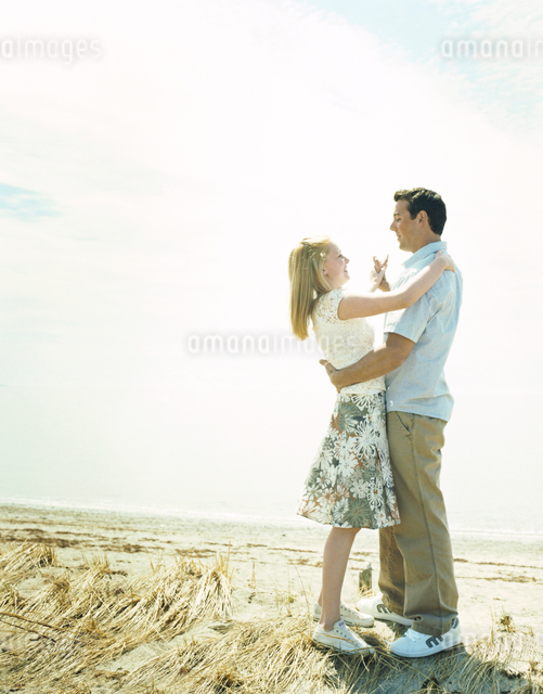 草原の中で寄り添うカップルの写真素材 [FYI04070614]