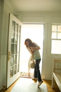 玄関先で孫娘を抱き寄せる祖母の写真素材 [FYI04070632]