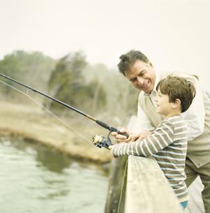 湖で釣りをする祖父と孫息子の写真素材 [FYI04070640]