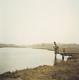 湖で釣りをする祖父と孫息子の写真素材 [FYI04070643]