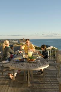 テラスで食卓を囲む家族4人の写真素材 [FYI04070691]