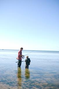 海釣りをする父と息子の写真素材 [FYI04070694]