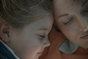 母と娘の寝顔の写真素材 [FYI04070701]