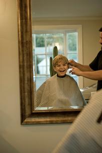 散髪してもらう少年の写真素材 [FYI04070703]
