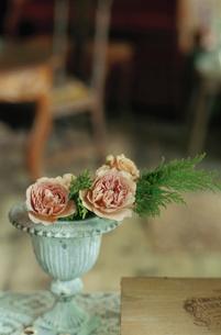小さな花瓶に活けられた花の写真素材 [FYI04070704]