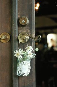 ドアノブにかけられた花の写真素材 [FYI04070705]