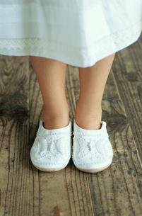 白いスリッパを履いた少女の足元の写真素材 [FYI04070706]