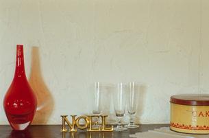 暖炉の上に飾られた花瓶と置物の写真素材 [FYI04070709]