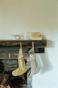 暖炉につる下げられた2足の靴下の写真素材 [FYI04070710]