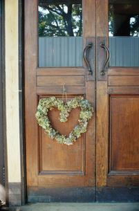 扉に飾られたハート型のリースの写真素材 [FYI04070711]