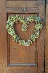 扉に飾られたハート型のリースの写真素材 [FYI04070713]
