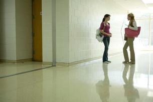 廊下で話す2人の女子学生の写真素材 [FYI04070734]