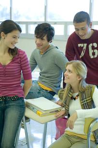 教室で集まる学生達の写真素材 [FYI04070745]