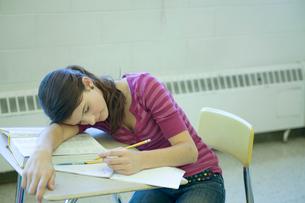 教室で昼寝している女子学生の写真素材 [FYI04070747]