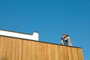 バルコニーでじゃれ合うカップルの写真素材 [FYI04070784]