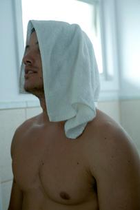 バスルームでタオルを頭にのせる男性の写真素材 [FYI04070852]