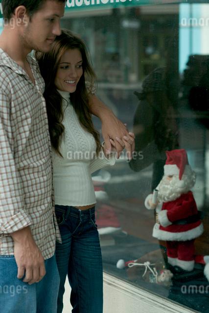 クリスマスのディスプレーを眺めるカップルの写真素材 [FYI04070879]