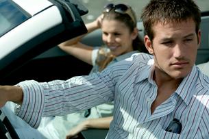 オープンカーでドライブするカップルの写真素材 [FYI04070880]