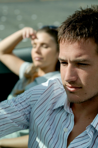 オープンカーでドライブするカップルの写真素材 [FYI04070881]