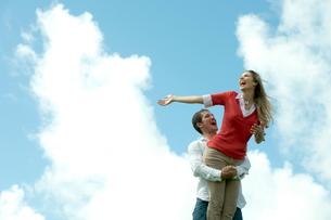 芝生の上で女性を抱える男性の写真素材 [FYI04070887]