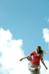 芝生の上で女性を抱える男性の写真素材 [FYI04070889]