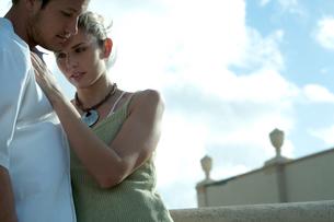 屋外で抱き合うカップルの写真素材 [FYI04070917]
