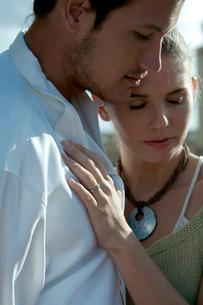 屋外で抱き合うカップルの写真素材 [FYI04070918]