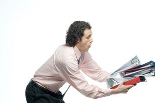 大量のファイルを落としかけるビジネスマンの写真素材 [FYI04070937]