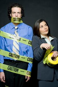 注意と書かれたテープで巻き付けられる男性の写真素材 [FYI04070938]