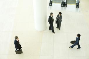 オフィスビルのロビーで会話する男女の写真素材 [FYI04070957]