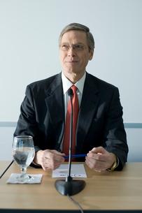 記者会見を行うビジネスマンの写真素材 [FYI04070959]
